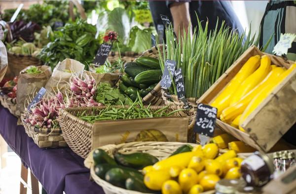 Produits locaux sur le marché de St-Jean-Pied-de-Port